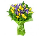 Букет из жёлтых тюльпанов и ирисов